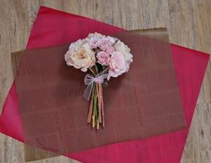 1)ラッピング用紙の上に花束を置く